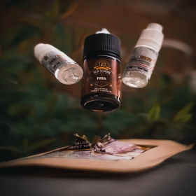 🔴 Pack de Sales de Nicotina BBK con sabor a tabaco rubio con notas dulces, te recordará al famoso Bebeka; en formato de 22ml al final de la mezcla. Al mezclarse con nuestras sales de nicotina ultrasalts de maceración rápida y con potenciador alimentario, tus líquidos serán más intensos y equilibrados.  ✅ Mezcla:  Añade los dos ultrasalts de nicotina de 9 ml en el pote de 30 ml que contiene los 4 ml de aroma concentrado  y agítalo con firmeza y quedará listo para vapear en 5 minutos. Aunque las bases rápidas hacen que el líquido esté bueno al instante, con los días se equilibran cada vez más los sabores.  Si compras el pack de nicotina de 10mg/ml tendrás un resultado de 20 ml de líquido a 8,18mg/ml de nicotina; y si compras el pack de nicotina de 20mg/ml tendrás un resultado de 20 ml de líquido a 16,36mg/ml de nicotina.  ☘️ Líquido libre de sucralosa, de esta manera no vapearas un producto que no está hecho para calentarse. Tus resistencias y algodones durarán muchísimo más.  #vape #vapelife #vapenation #vapecommunity #vapeporn #vaping #vapfip #skunkcbd #vapor #vapers #vapetricks #vapeshop #vaper #vapelyfe #vapestagram #vapedaily #instavape #eliquids #vape #vapelife #vapenation #vapecommunity #vapeporn #vaping #vapfip #skunkcbd #vapor #vapers  #instavape #eliquid